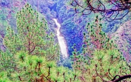 An imposing waterfall en route to Shrikot, Nahi and Pashi in Tirthan Valley ecozone.