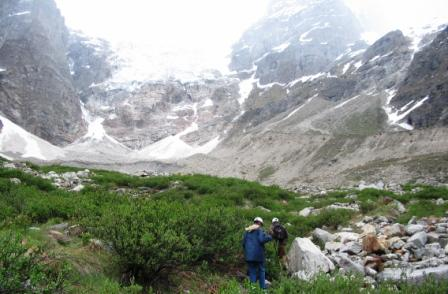 This is a very strenuous trek to Rakti Sar. The melting snow causes rapid changes in the course of the Sainj river.
